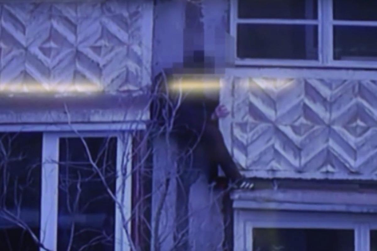 Ребенок застрял между балконами многоэтажки в оренбурге - но.