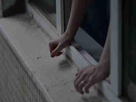 В Оренбурге десятиклассница разбилась насмерть, выпав из окна