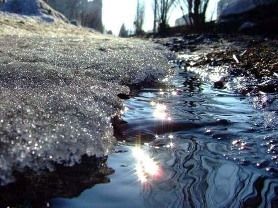 Житель Орска сообщил о воде, текущей из-под железнодорожного полотна