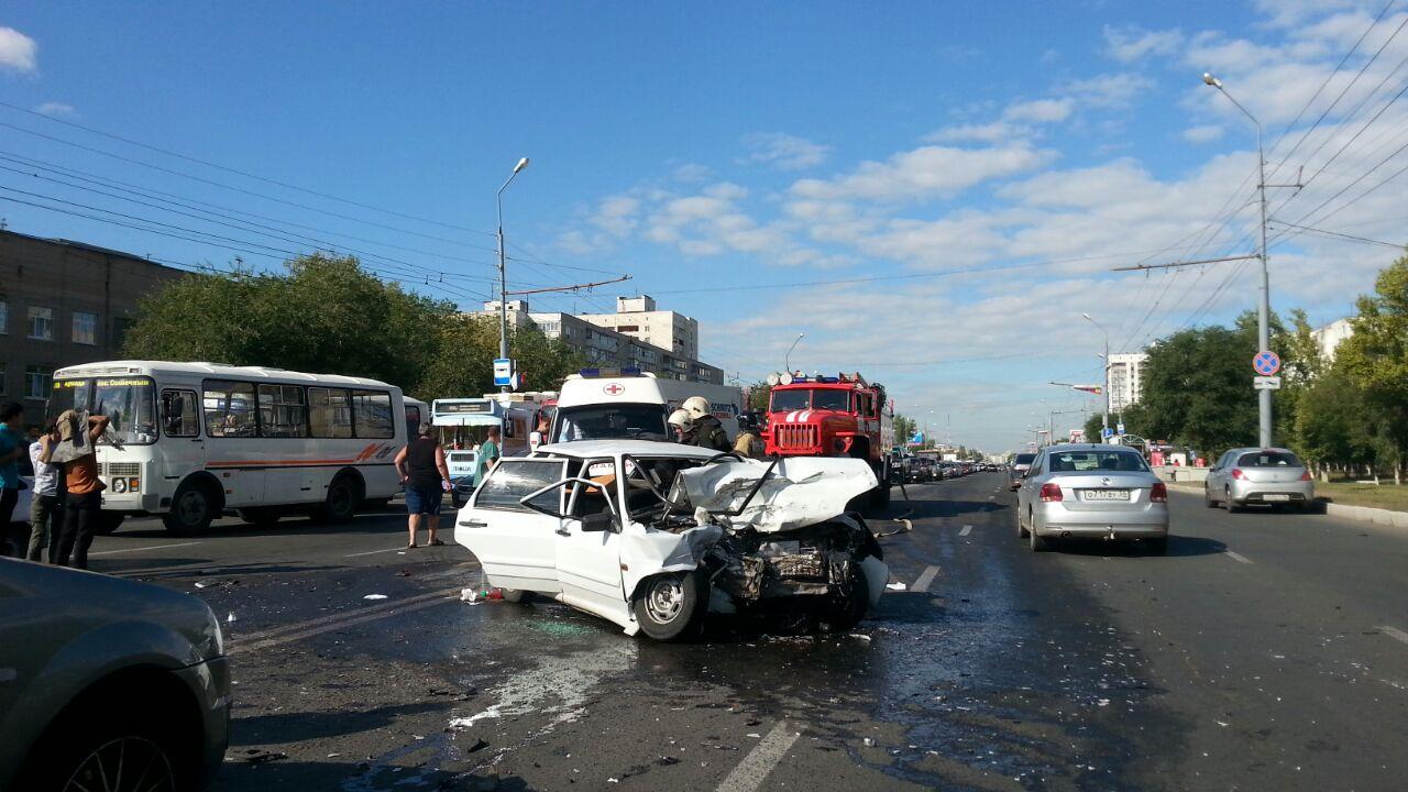 Три человека пострадали при столкновении 3-х авто вОренбурге